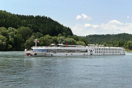 A-Rosa Flusskreuzfahrtschiff auf einem Fluss