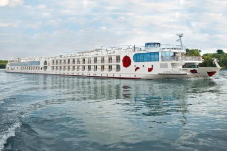 Flusskreuzfahrtschiff A-Rosa Aqua auf einem Fluss