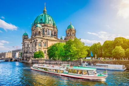 Schiff fährt auf der Spree am Berliner Dom vorbei