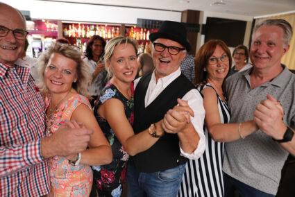 Drei Pärchen tanzen ausgelassen in der Hotelbar in Bielefeld