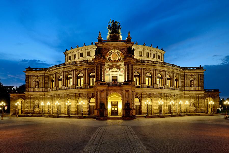 Außenansicht der Semper-Oper in Dresden bei Dämmerung