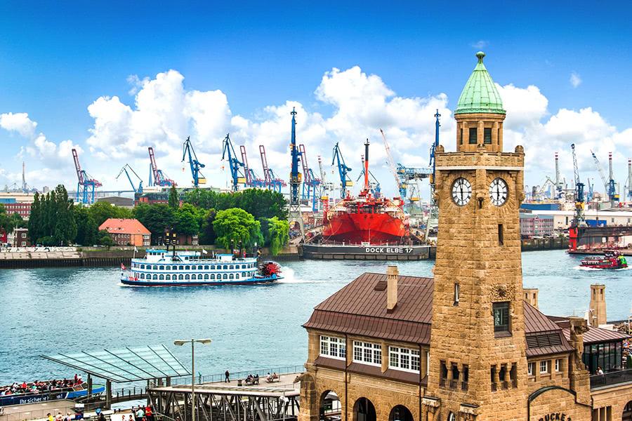 Landungsbrücken mit Hafen in Hamburg