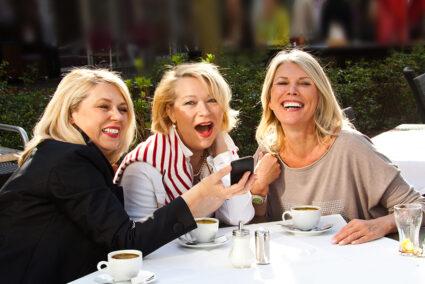 Freundinnen trinken zusammen Kaffee in einem Lokal in Mainz