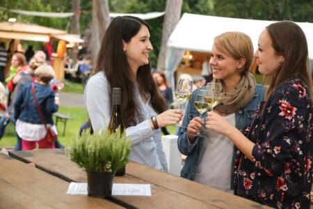 Drei Frauen trinken zusammen Wein in Mainz