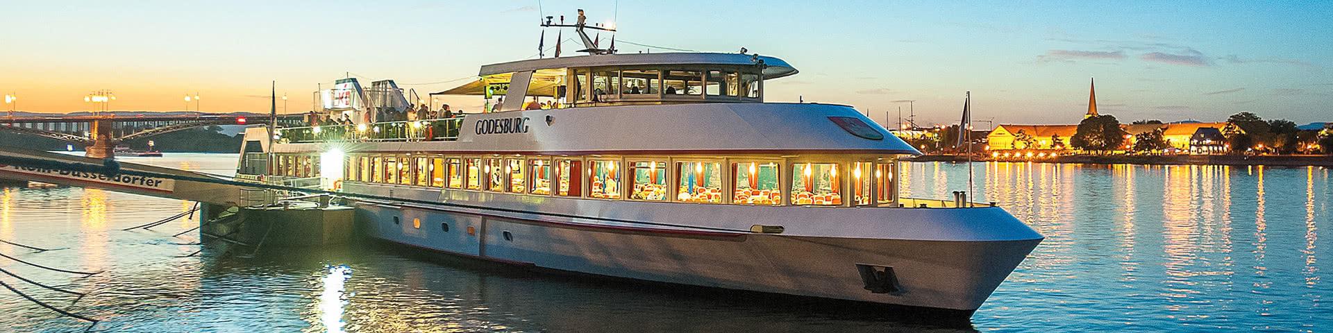 Schiff KD Godesburg auf dem Rhein bei Dämmerung