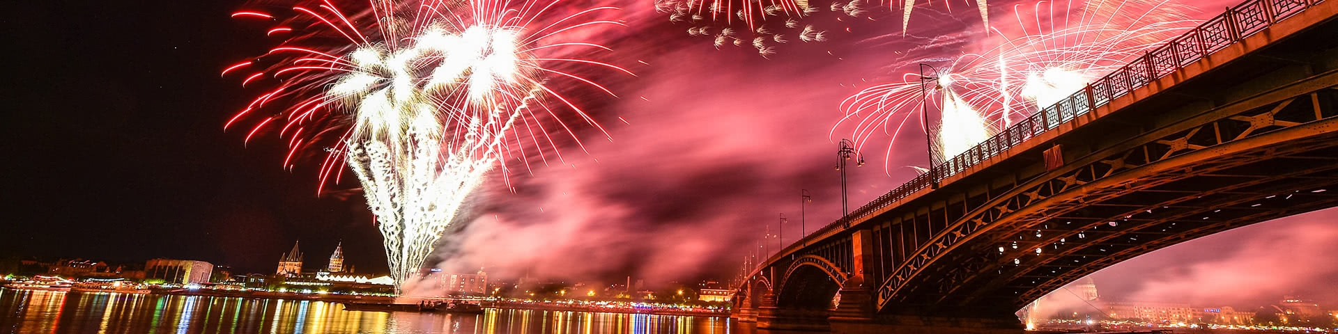 Feuerwerk über dem Rhein in Mainz bei den Mainzer Lichtern