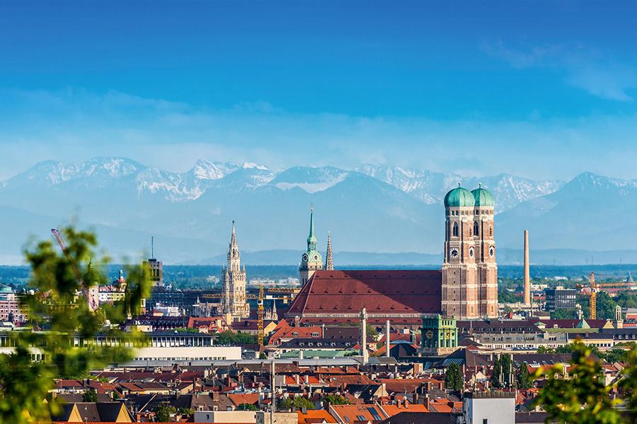Frauenkirche in München vor Alpenpanorama