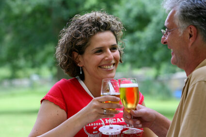 Pärchen trinkt gemeinsam Bier im Nahetal