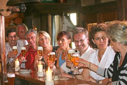 Gruppe trinkt gemeinsam Bier an einer Theke in Wernigerode