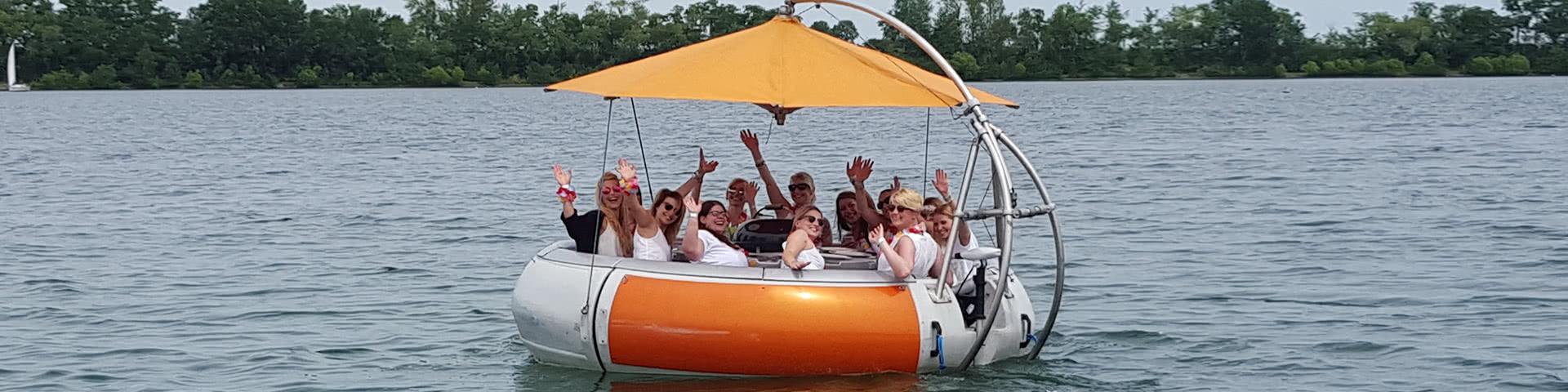 Feiernde Gruppe auf einem Donut auf dem Zülpicher See